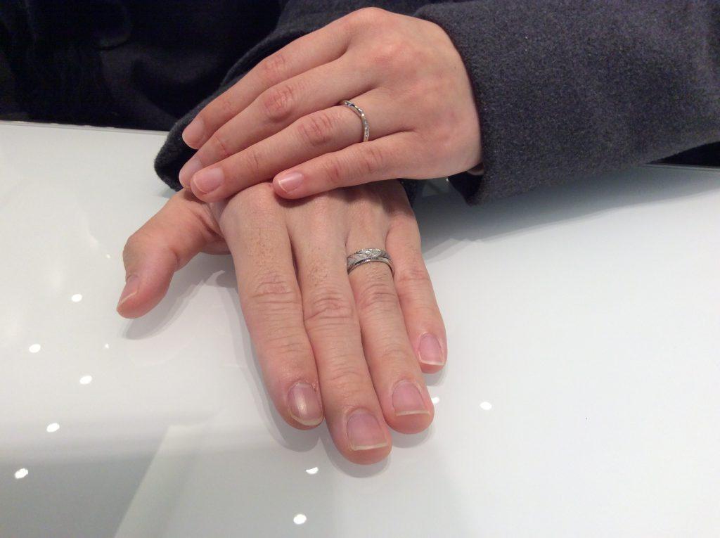 プラチナの結婚指輪をご成約〈俄〉の『花匠の彫、あいの風』と『祈り』(秋葉区/D様・Y様)