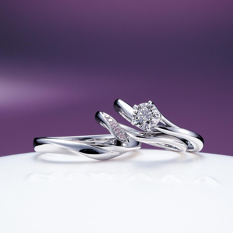俄の婚約指輪と結婚指輪 全部で3本のプラチナのリング画像。