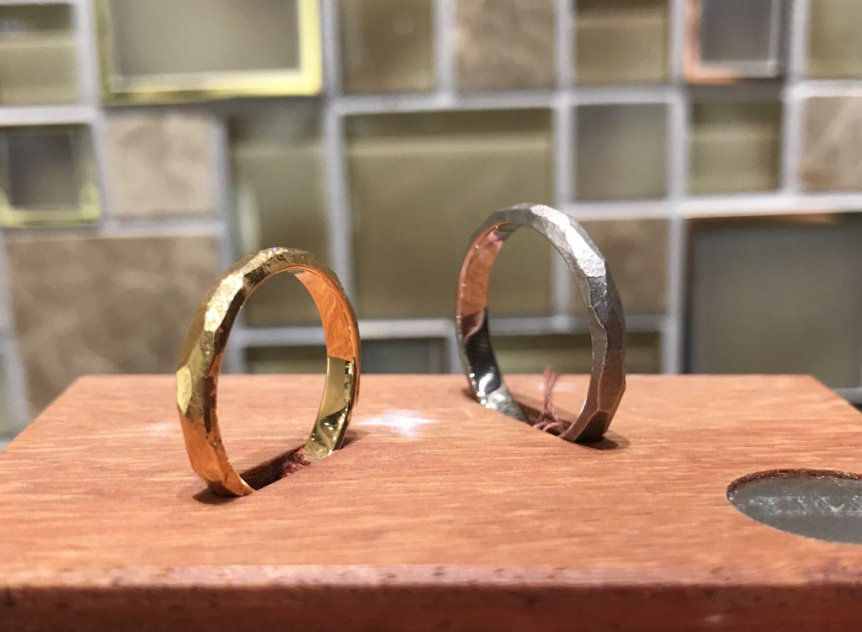 ハンドメイド風 槌目のデザインの結婚指輪をお探しなら!一真堂万代店へ