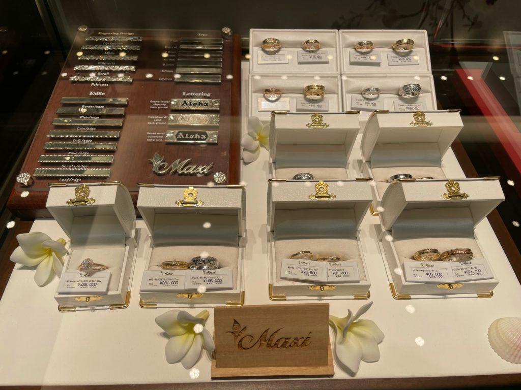 ショーケースの中のMaxi-マキシの婚約指輪と結婚指輪画像