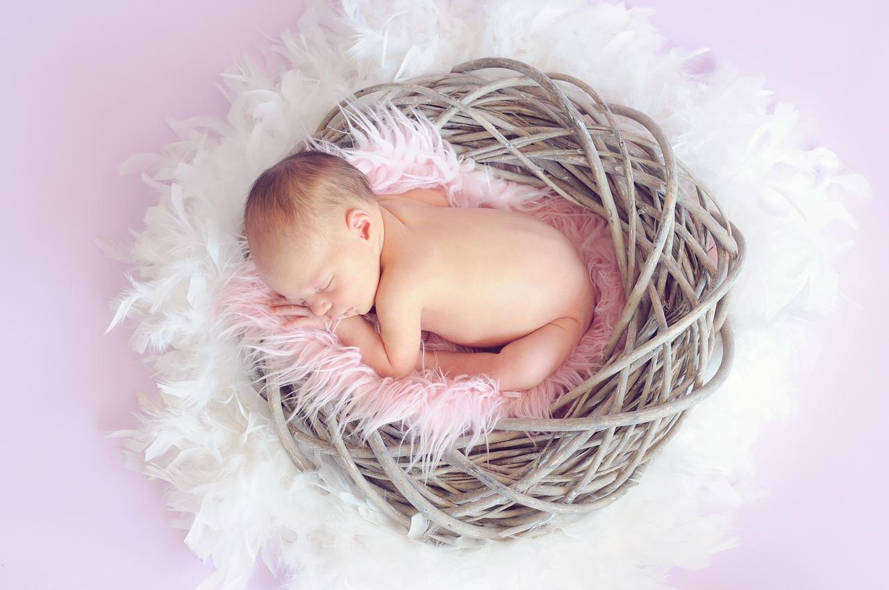 生まれたての赤ちゃんが眠っている画像