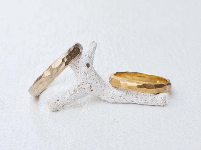結婚指輪は手作り感のある槌目(つちめ)に!職人技が光る槌目の結婚指輪