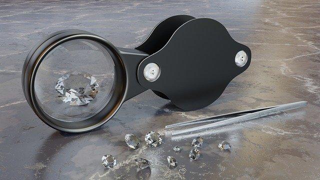 拡大鏡でダイヤモンドを見る