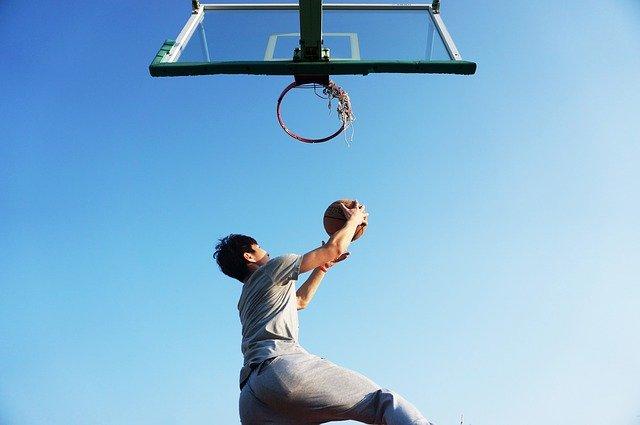 バスケットボールをする人