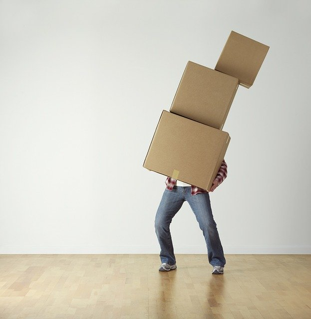 重い荷物を持つ人