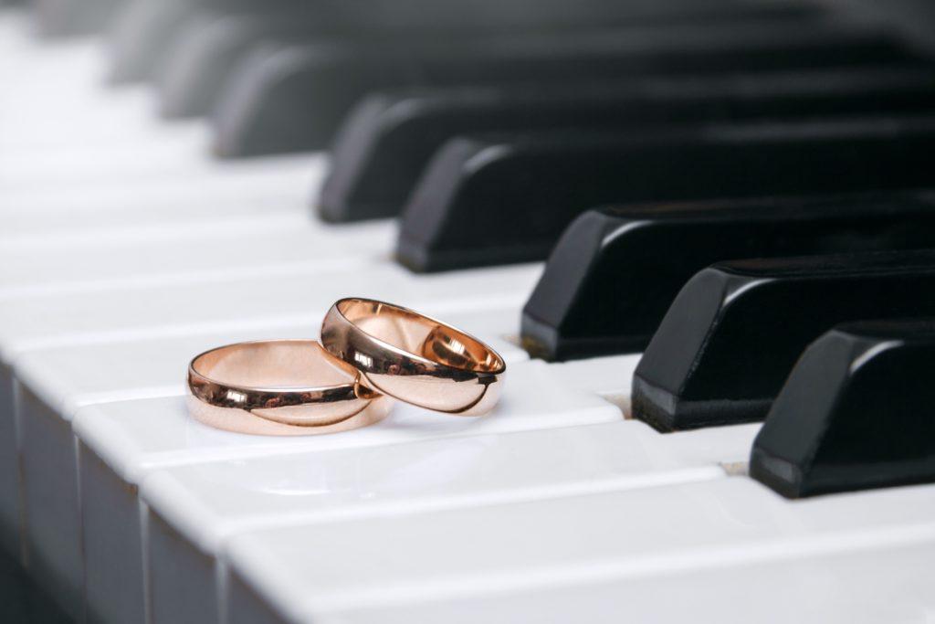 ピアノの上にある結婚指輪