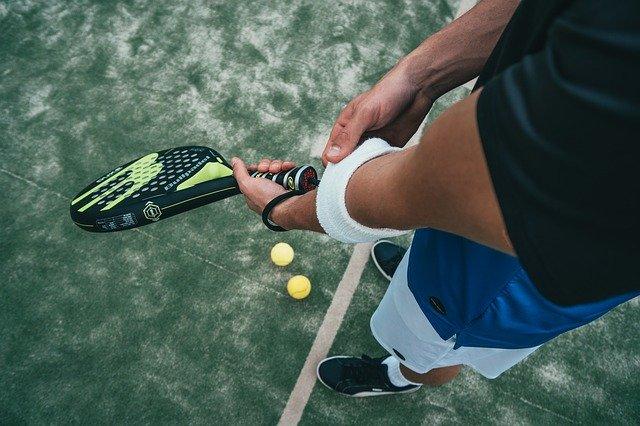 スポーツ(テニス)をする人