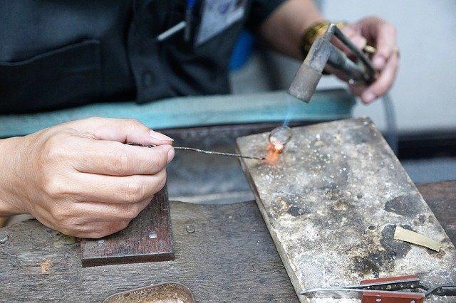 指輪を修理している手元