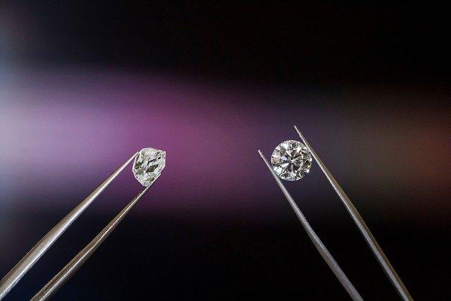 ダイヤモンド原石とカットしたダイヤモンド原石