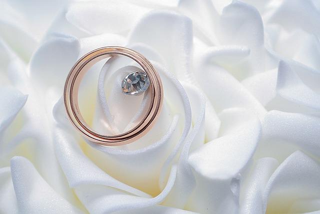 結婚指輪とダイヤモンドの画像