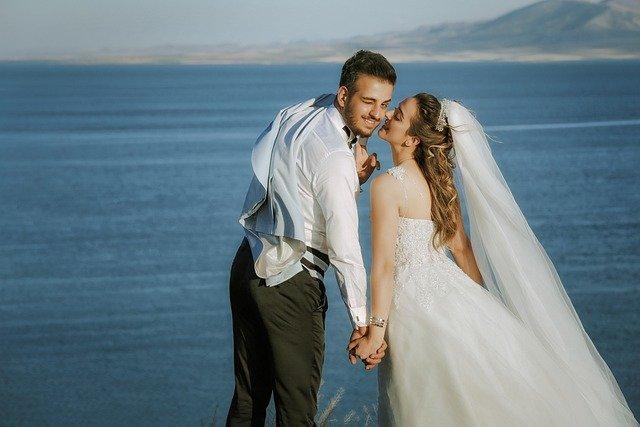 結婚式で幸せそうなカップル