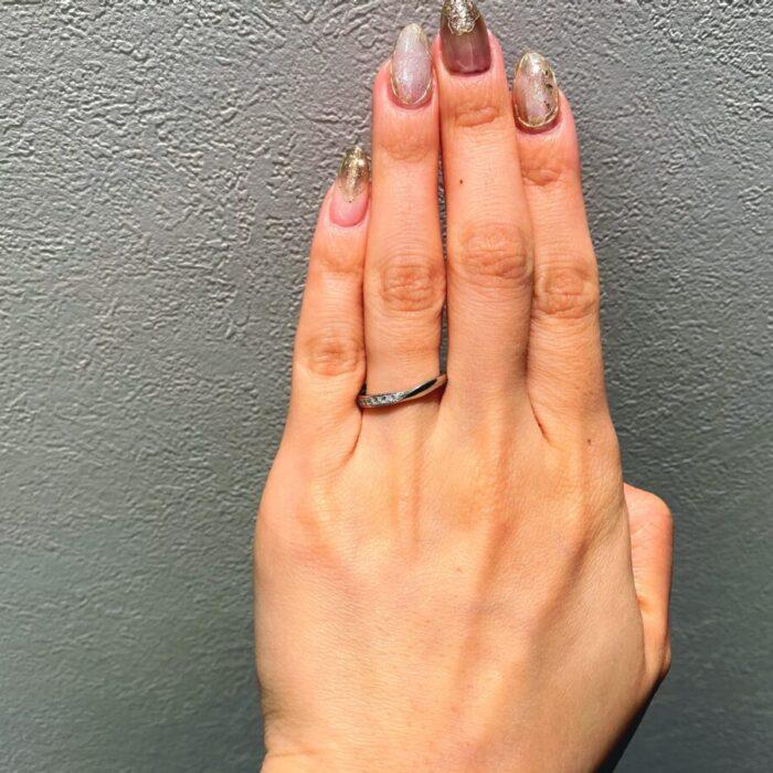 浅めなV字の結婚指輪
