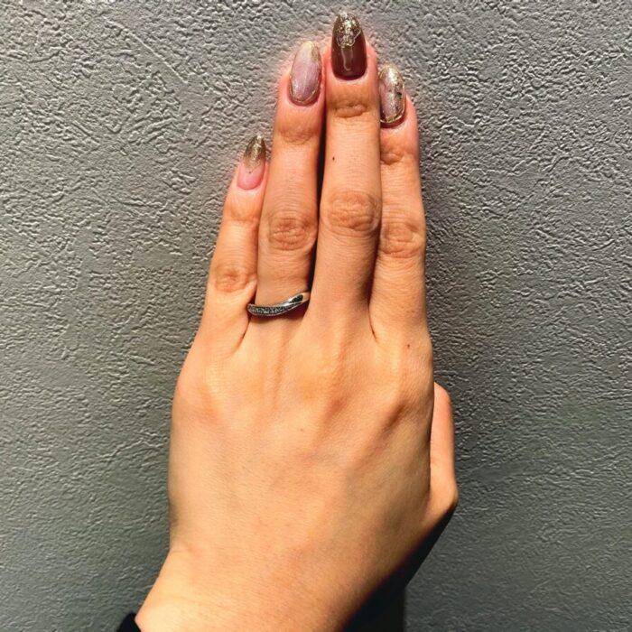 ボリュームのあるV字結婚指輪