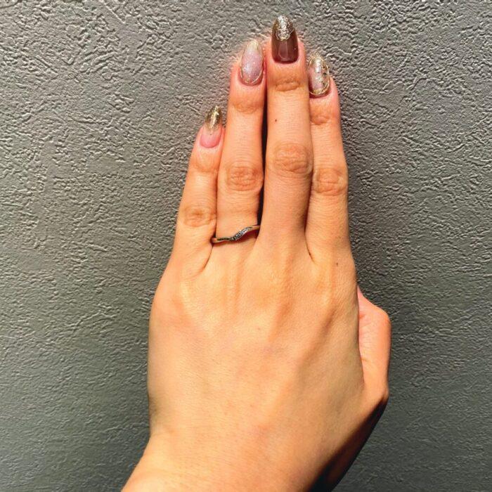 深さのしっかりあるV字の結婚指輪