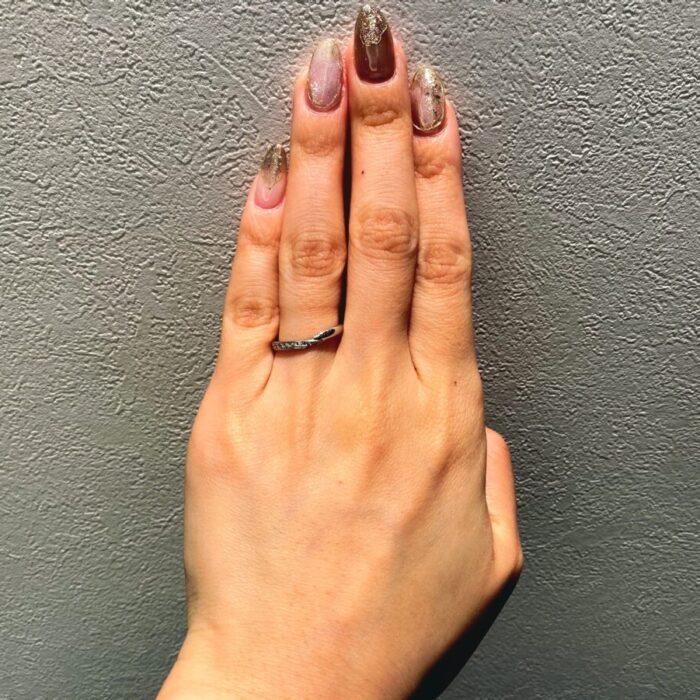 すっきりとした細身のV字結婚指輪
