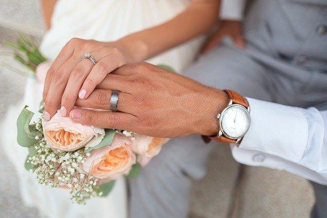 着け心地のよい結婚指輪を着けている新郎新婦