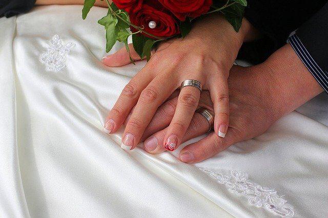 結婚指輪を左手に着けてる画像