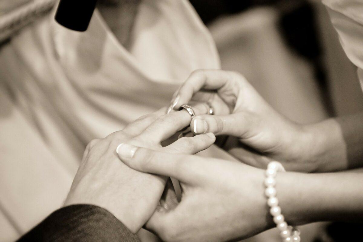 結婚指輪を交換している手