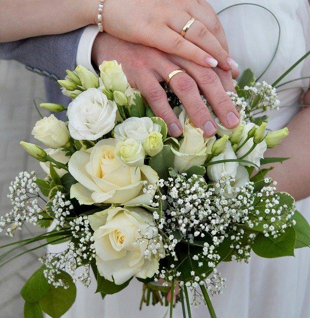 結婚指輪 ゴールド 手元