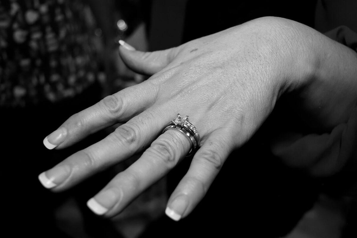 結婚指輪を上に着けた重ね付け