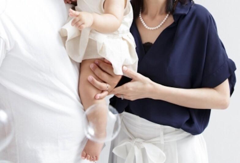 赤ちゃんを抱く家族