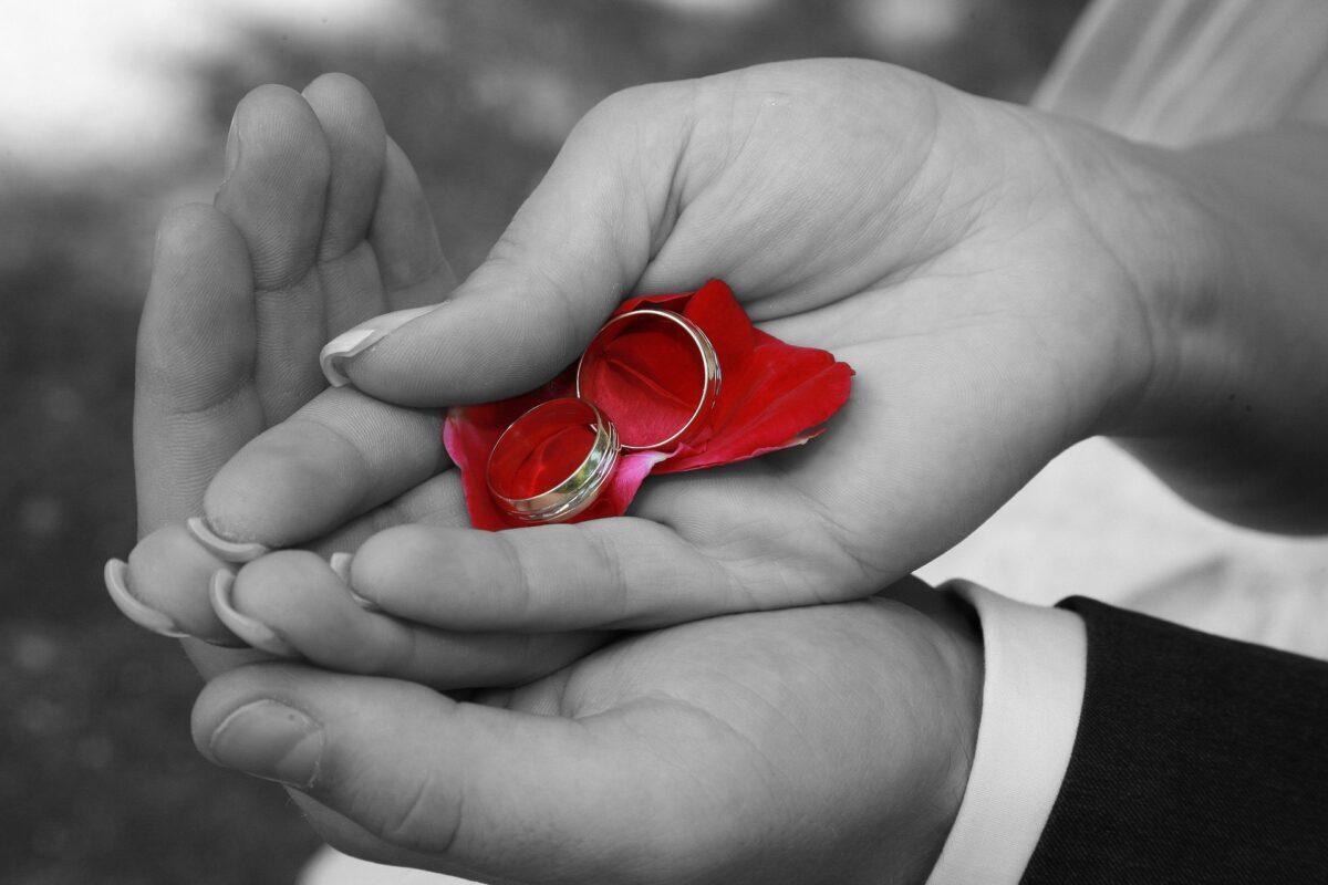 結婚指輪をもつカップル