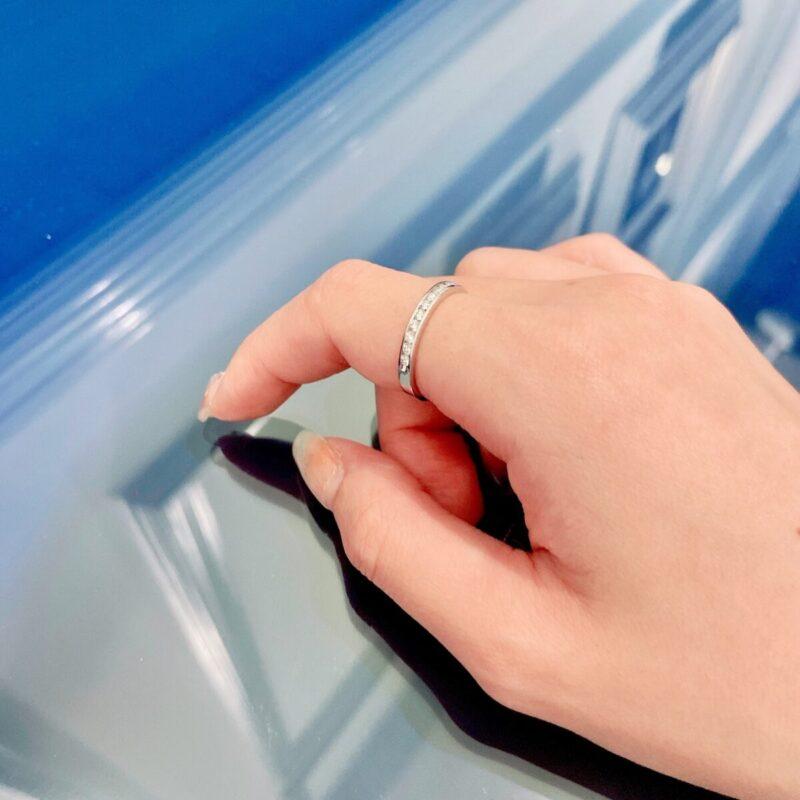 人差し指に指輪を着けた画像