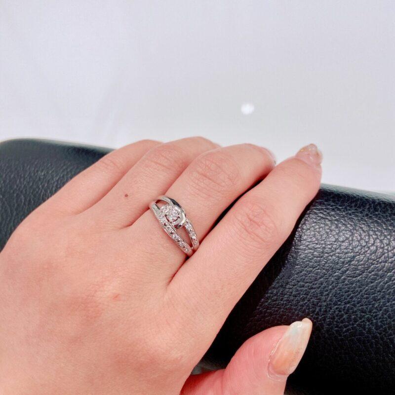 中指に指輪を着けた画像