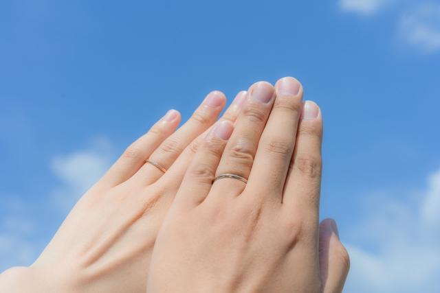 結婚指輪を左手に着けている画像