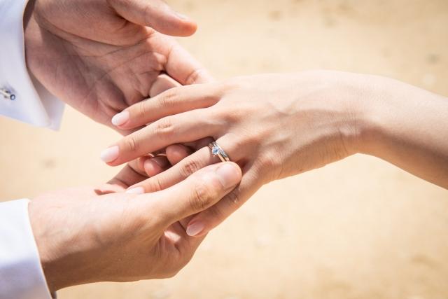 結婚指輪を着ける手元
