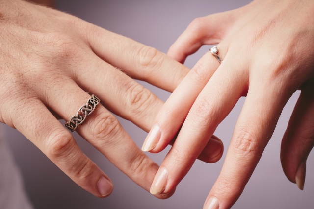 右手に結婚指輪を着けている画像