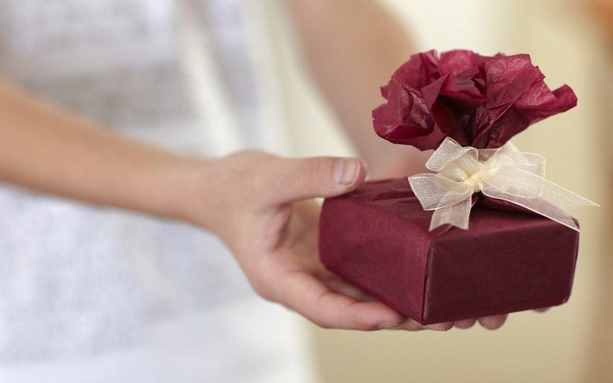 プレゼントを渡すイメージ