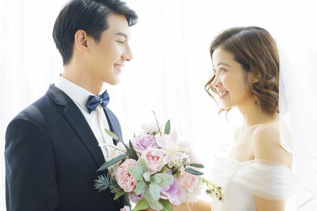 結婚式に出る新郎新婦