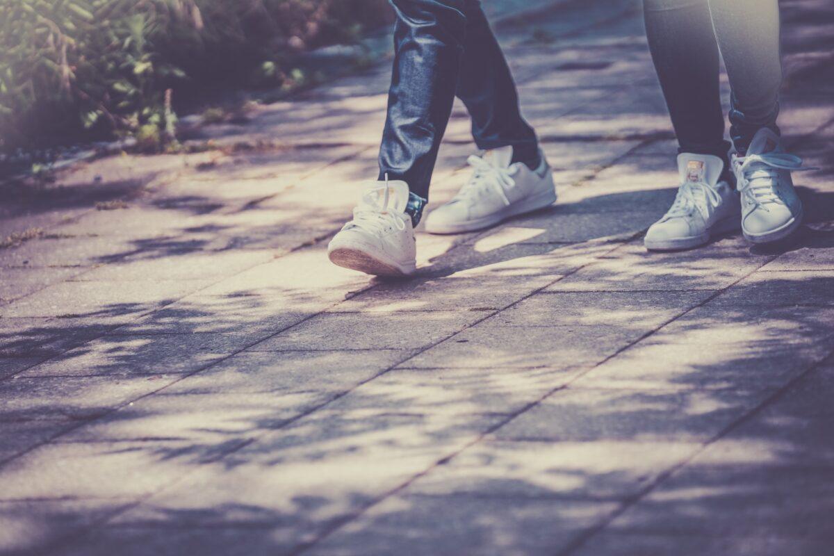 お揃いの靴を履くカップル