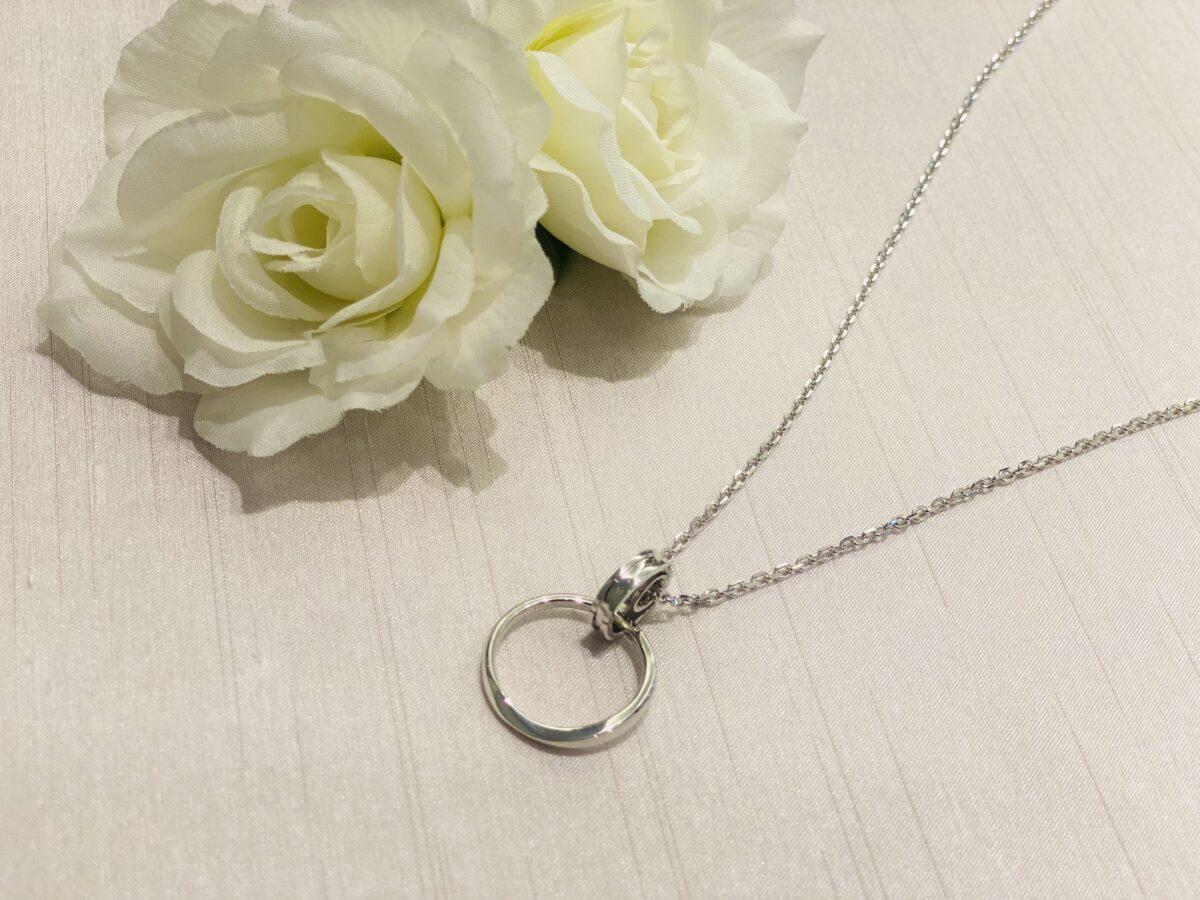 ネックレスに通した結婚指輪