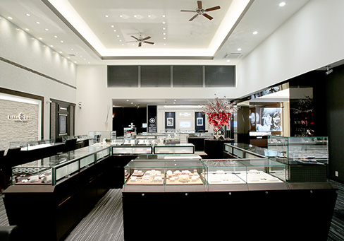 一真堂桜木インター店(新潟店)では様々なテイストの結婚指輪や婚約指輪を着け比べながら選べます