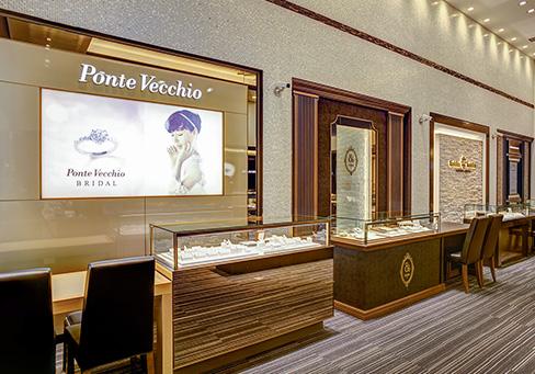 ポンテヴェキオやルシエ(LUCIE)、カフェリング(Cafe Rind)など婚約指輪・結婚指輪ブランドが並ぶ新潟店内