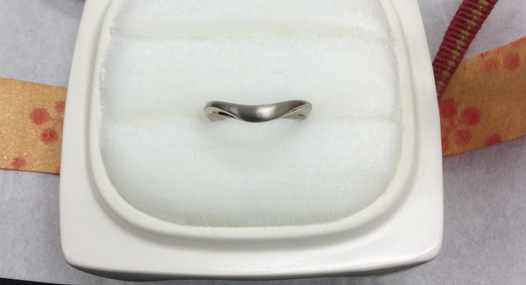 俄結婚指輪「月の雫」PtGヘアライン